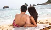 couple sur une plage pendant leur lune de miel en guadeloupe